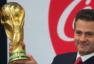 Peña Nieto desea suerte al Tri y toca la Copa del Mundo