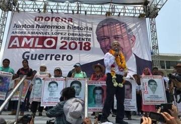 AMLO se compromete a resolver caso de los 43 de Ayotzinapa