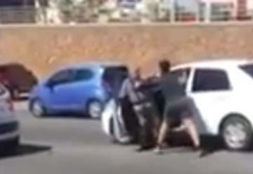 Video: Joven golpea brutalmente a un adulto mayor