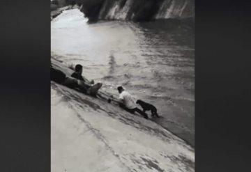 Salvan a perrito de ser arrastrado por la corriente en canal