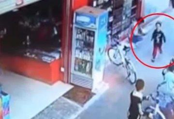 Video: Niño jugaba y se lo roban a unos metros de su padre