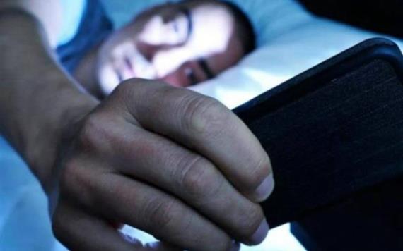 La luz de tu teléfono te está dejando ciego, revela estudio