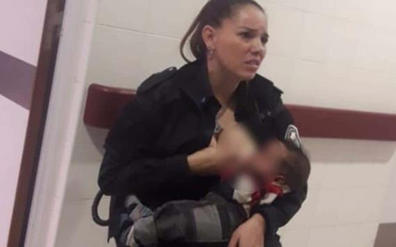 VIDEO: Mujer policía amamanta a bebé ajeno en un hospital