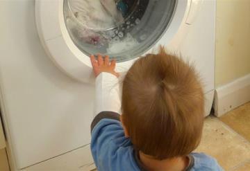 FOTO: Encierran a un niño de 2 años en una lavadora y comparten las imágenes en las redes