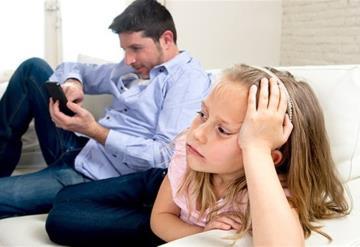 Los papás son tan adictos al celular como sus hijos: estudio