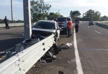Auto se impacta contra muro metálico