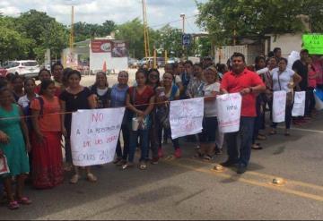 Cerrada la Av. Méndez, se manifiestan maestros en la Secretaría de Educación
