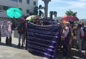 Maestras jubiladas se manifiestan frente a Palacio de Gobierno