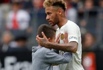 Neymar regala su camiseta a niño que se metió al campo