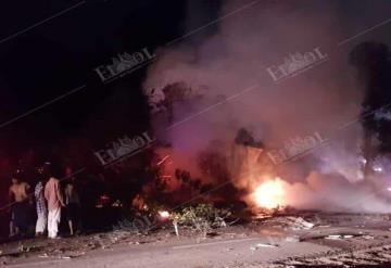 Se incendia tráiler en la carretera Villahermosa a Cárdenas