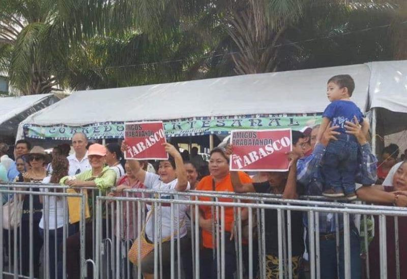 Tabasqueños esperan a AMLO en Plaza de Armas