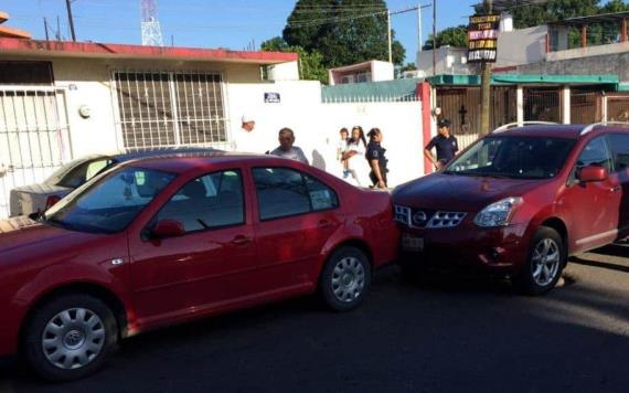 Hombre golpeó con su bastón a otro tras choque automovilístico, se debate entre la vida y la muerte