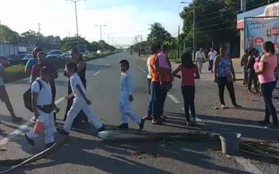 Cierran carretera federal Cardenas-Huimanguillo por falta de maestros
