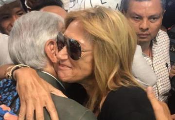 #VIDEO Adela Micha recibió a AMLO en aeropuerto, ¡y le pide beso!