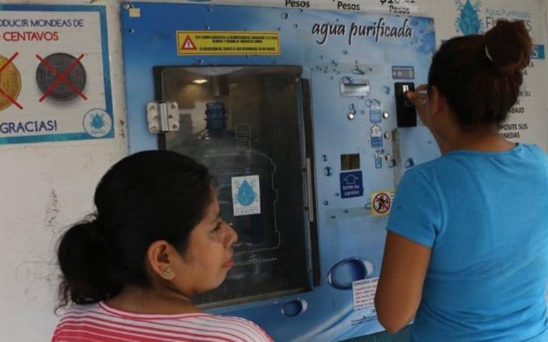 Capitalinos gastan hasta $60 en agua debido al problema que hay en la ciudad