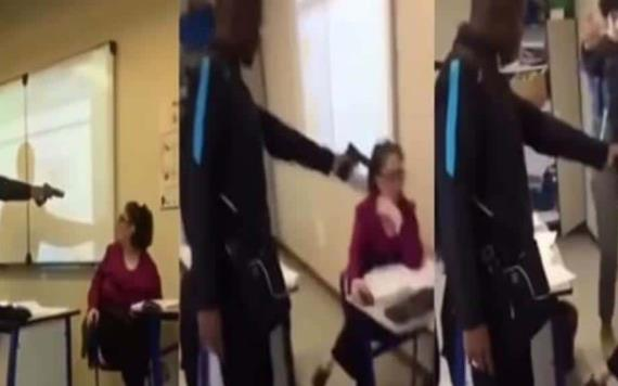 #Video Alumno amenaza a profesora con pistola para que le quite la falta