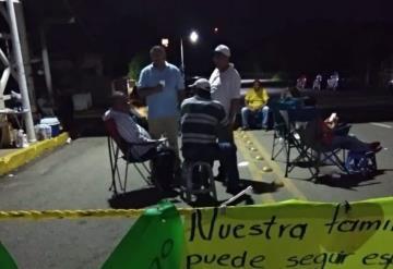 Continúa manifestación de trabajadores administrativos de la SETAB en Méndez y Usumacinta
