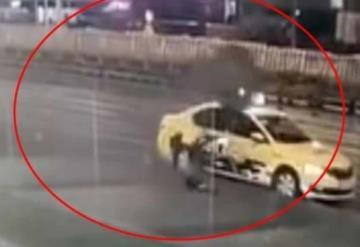 Llanta de camión arrolla y mata a una mujer que iba distraída