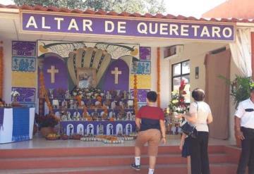 Cientos de personas acuden al Recinto Memorial a visitar a sus muertos