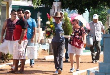 #FOTOGALERÍA Villahermosinos acuden al panteón central de la ciudad