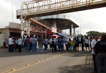 Alrededor de 50 docentes bloquean la avenida Gregorio Méndez frente a la SETAB
