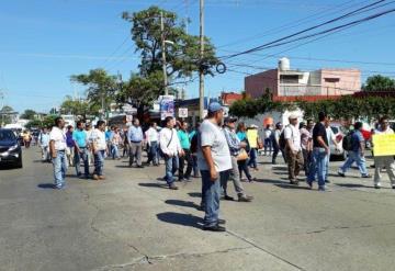 Trabajadores de vectores marchan por Villahermosa y ocasionan caos vial