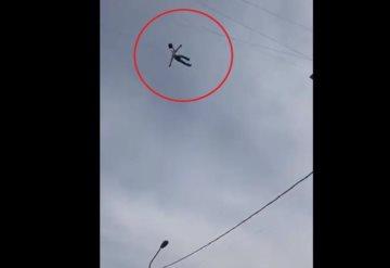 #Video ¡Hombre cae del cielo! Habría sido arrojado de avioneta