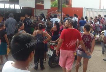 Padres de familia bloquean acceso a escuela primaria en Parrilla 2