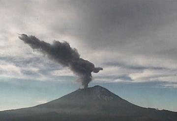 Volcán Popocatépetl lanza fumarola de más de 1.7 kilómetros