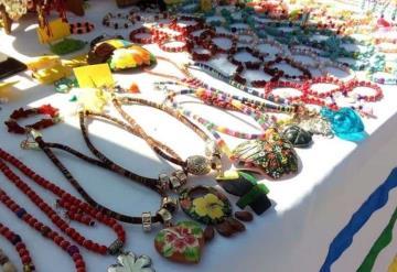 Artesanos ofrecen sus productos en el Paseo de las Palmas
