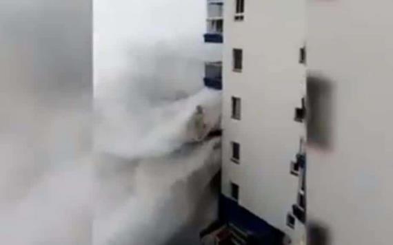 ¡Impactante! Olas de 6 metros de altura golpean edificio en isla de España