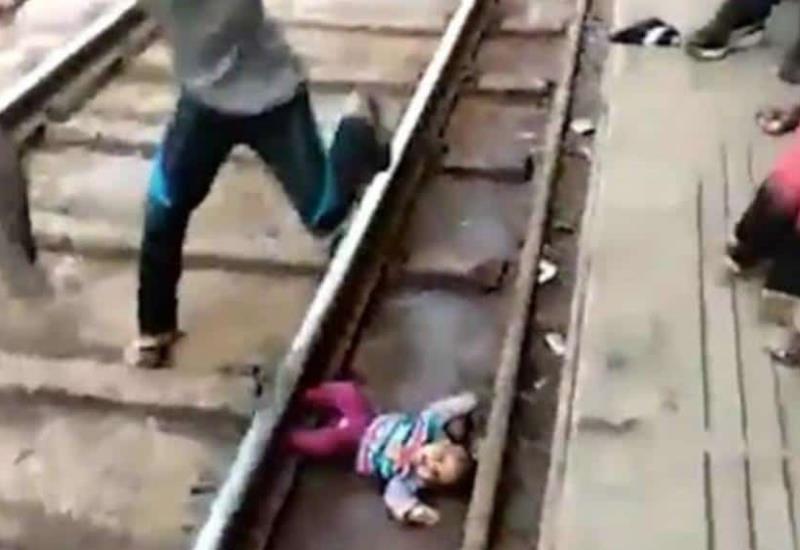 VIDEO: ¡De milagro! Así se salvó un bebé de un año tras caer en vías del tren