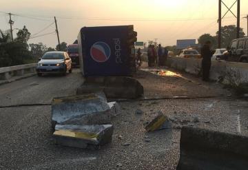 Vuelca tráiler de la Pepsi en carretera Villahemosa - Frontera