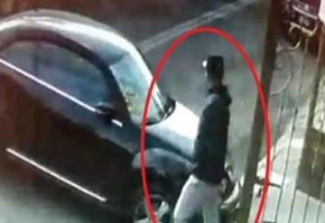 Lo asaltan a fuera de su casa, se ´tardó´ en guardar su auto