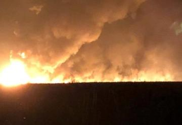 Pemex atiende un incendio provocado por una toma clandestina en Huimanguillo