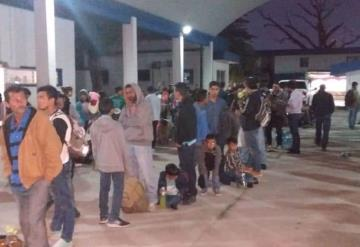 Aseguran a 130 migrantes que viajaban en la caja de un tráiler en la carretera Cárdenas a Agua Dulce