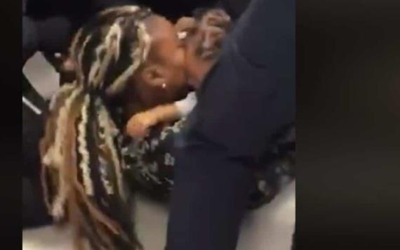 VIDEO: Policías arrebatan a bebé de los brazos de su madre