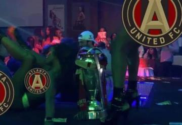 #VIDEO Jugadores festejan en table dance con todo y trofeo