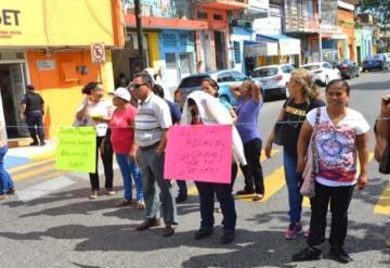 Pensionados y jubilados bloquean avenida 27 de febrero a la altura del ISSET