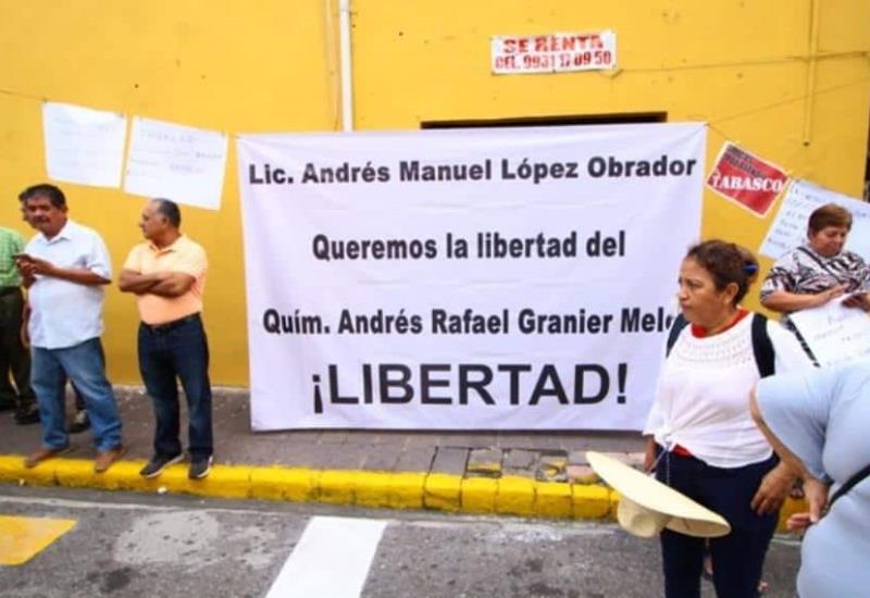 Peticiones y manifestaciones a las afueras de la toma de protesta de Adán como gobernador