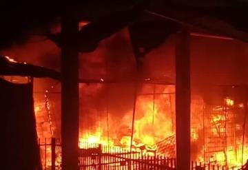 Se queman puestos del Mercado Público de Paraíso