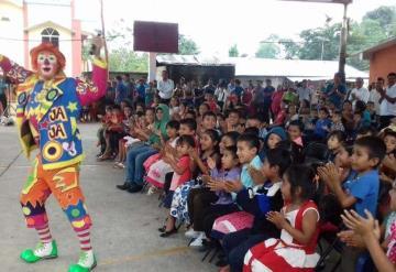 Niños indígenas de Cerro Blanco, Tacotalpa parten rosca de reyes y festejan en grande