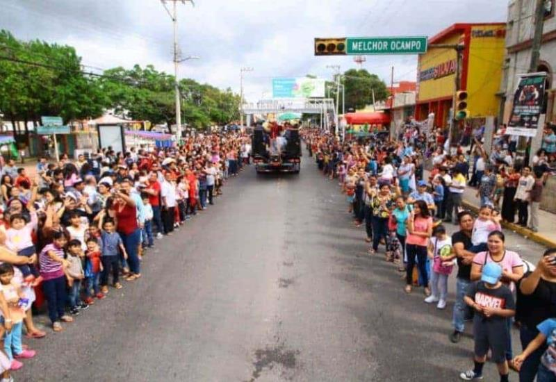 Tabasqueños disfrutan del desfile de carros alegóricos por el Día de Reyes