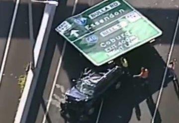 Impactante: Conductor casi muere al caer sobre su auto un enorme letrero
