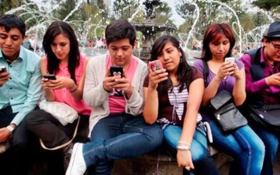 Con el celular en la mano es como los jóvenes mexicanos pasan la mitad de su día