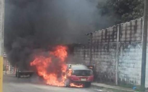 VIDEO: Auto compacto se incendia en Atasta, las llamas lo consumieron en su totalidad