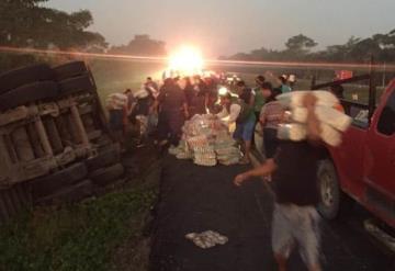 Pobladores saquean tráiler cargado de arroz que volcó en carretera Cárdenas-Agua Dulce