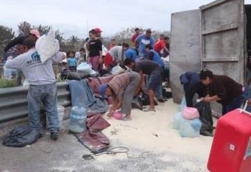 Vuelca camión con azúcar, muere el chofer y los pobladores se la roban
