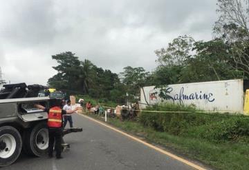 Dueño de tráiler volcado en la Villahermosa- Cárdenas, regala la mercancía que transportaba
