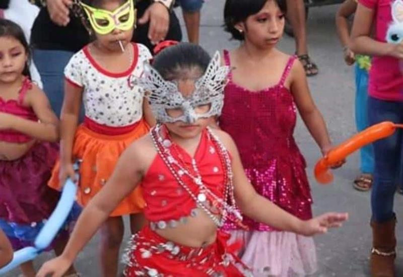 Desfile de comparsas y carros alegóricos engalanan Carnaval de Jonuta
